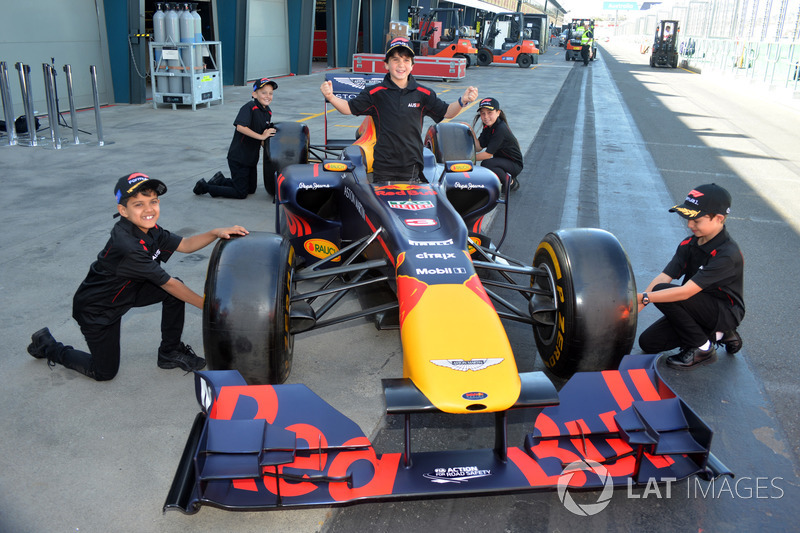 Grid kids con una Red Bull Racing F1