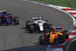 Stoffel Vandoorne, McLaren MCL33 Renault, Lance Stroll, Williams FW41 Mercedes, y Pierre Gasly, Toro Rosso STR13 Honda