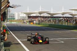 Daniel Ricciardo, Red Bull Racing RB14 Tag Heuer takes the win