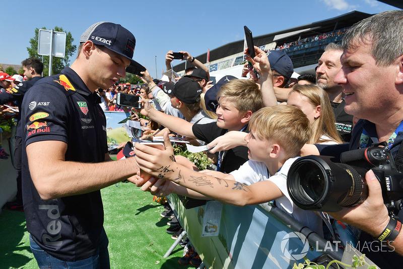 Max Verstappen, Red Bull Racing, atiende a los fans