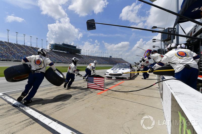 Brad Keselowski, Team Penske, Ford Fusion Stars, Stripes, and Lites, effettua un pit stop