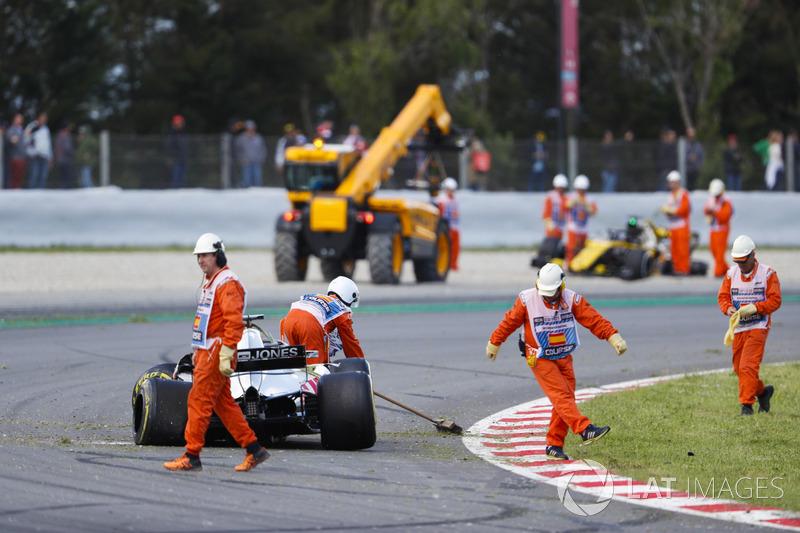 Los oficiales limpian la pista después de un accidente en la vuelta de apertura que involucra a Pierre Gasly, Toro Rosso STR13, Romain Grosjean, Haas F1 Team VF-18 y Nico Hulkenberg, Renault Sport F1 Team R.S. 18