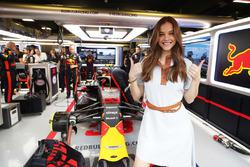 La modelo Barbara Palvin visita el garaje Red Bull