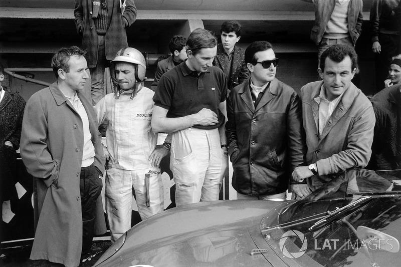 Os pilotos da Ferrari nos boxes: John Surtees, Willy Mairesse, Michael Parkes, Lorenzo Bandini e Ludovico Scarfiotti