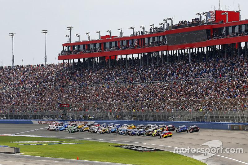 Kyle Larson, Chip Ganassi Racing Chevrolet y Denny Hamlin, Joe Gibbs Racing Toyota