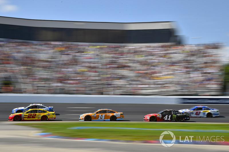 Joey Logano, Team Penske Ford, Clint Bowyer, Stewart-Haas Racing Ford, Kurt Busch, Stewart-Haas Racing Ford