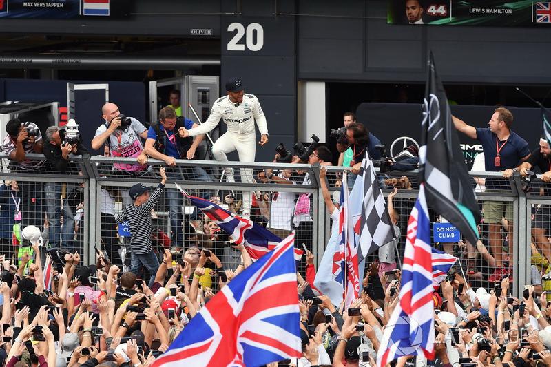 1. Lewis Hamilton, Mercedes AMG F1, mit Fans