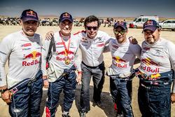 Гонщики Peugeot Sport Карлос Сайнс, Лукас Круз, Себастьен Лёб и Даниэль Элена с руководителем команды Бруно Фаменом