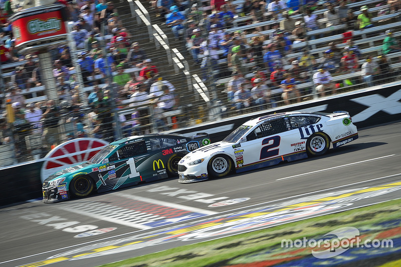 Jamie McMurray, Chip Ganassi Racing, Chevrolet; Brad Keselowski, Team Penske, Ford