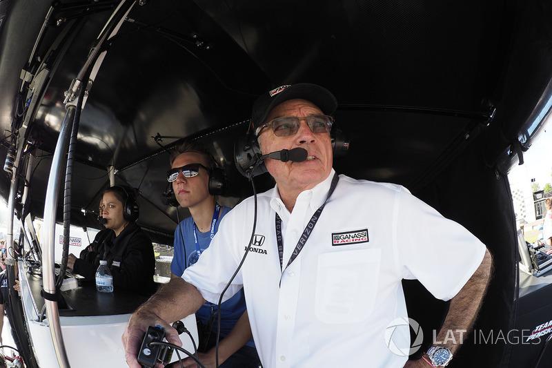 Mike Hull, Chip Ganassi director de carrera, Ganassi, conAaron Jeansonne