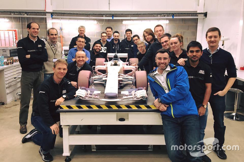 نموذج سيارة مانور الخاص بنفق الهواء مع طاقم الفريق