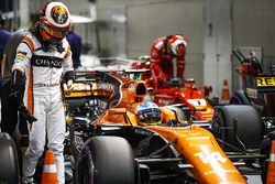 Stoffel Vandoorne, McLaren, Kimi Raikkonen, Ferrari, in Parc Ferme