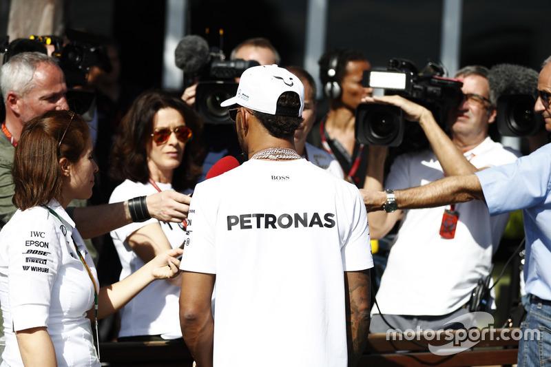 Lewis Hamilton, Mercedes AMG, mit der Presse