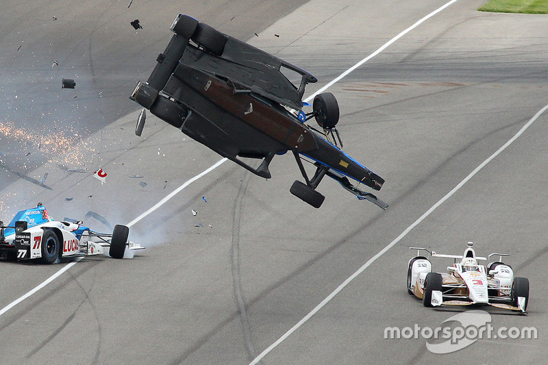 Скотт Діксон, Chip Ganassi Racing Honda, Джей Ховард, Schmidt Peterson Motorsports Honda, у великій аварії, Еліо Кастроневес, Team Penske Chevrolet уникає зіткнення