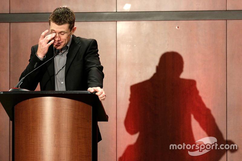 Carl Edwards limpia una lágrima de su ojo al anunciar su retiro de la NASCAR