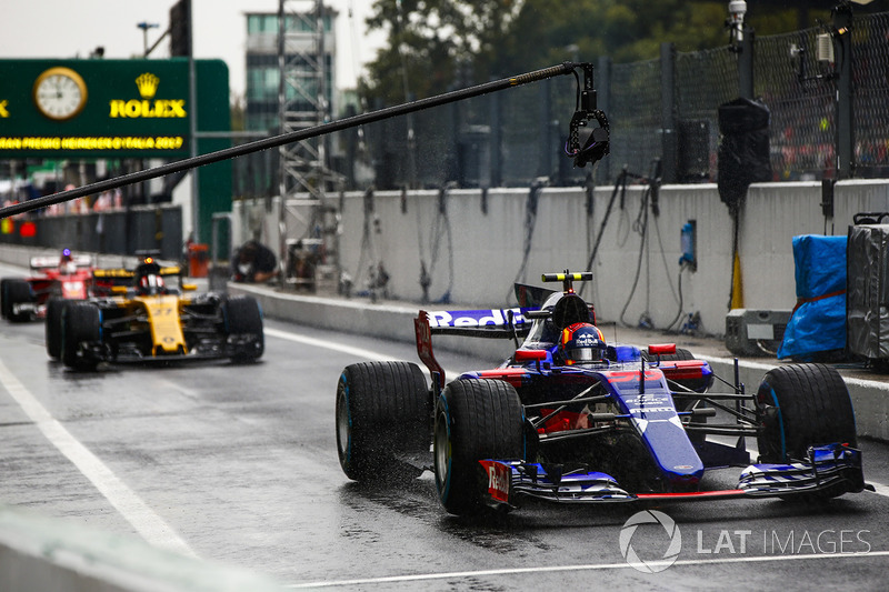 Carlos Sainz Jr., Scuderia Toro Rosso STR12, Nico Hulkenberg, Renault Sport F1 Team RS17, fuera de pits