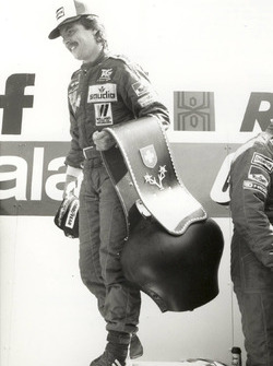 Imposanter Pokal – Keke Rosberg bekam als Sieger des GP Schweiz auf dem Podium eine beeindruckend grosse Kuhglocke überreicht