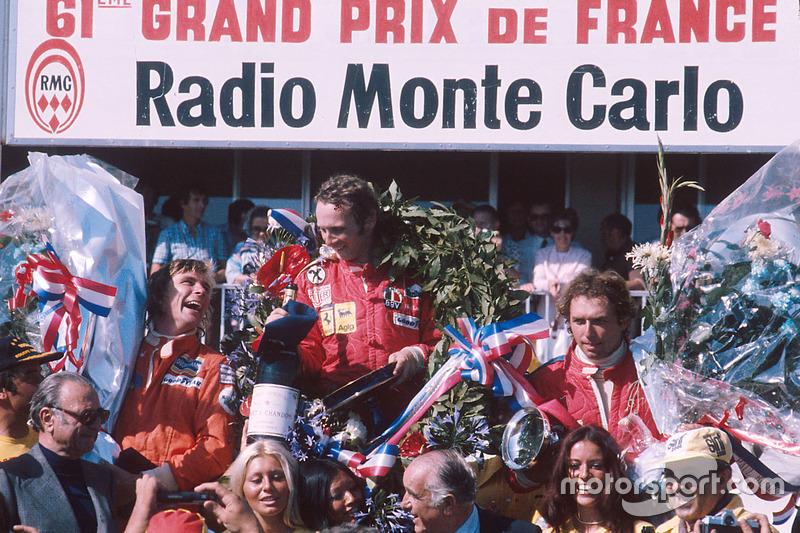 Podium : le vainqueur Niki Lauda, Ferrari, le second James Hunt, Hesketh Ford, le troisième Jochen Mass, McLaren Ford