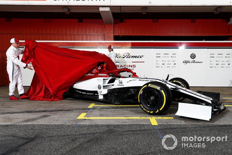 Kimi Raikkonen, Alfa Romeo Racing e Antonio Giovinazzi, Alfa Romeo Racing svelano la nuova Alfa Romeo Racing C38