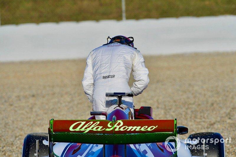 Kimi Raikkonen sale del Alfa Romeo Racing C38
