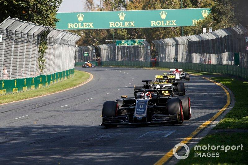 Romain Grosjean, Haas F1 Team VF-19, y Nico Hulkenberg, Renault R.S. 19