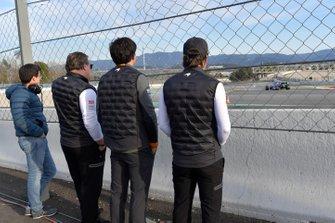 Zak Brown, McLaren Racing CEO, Carlos Sainz Jr., McLaren and Fernando Alonso, osservano l'azione a bordopista