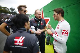 Romain Grosjean, Haas F1 Team, talks to engineers on the grid