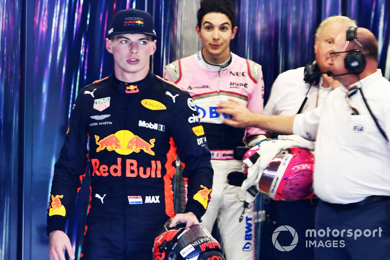 Max Verstappen, Red Bull Racing y Esteban Ocon, Racing Point Force India discuten en la sala de pesaje de la FIA y son separados por comisarios
