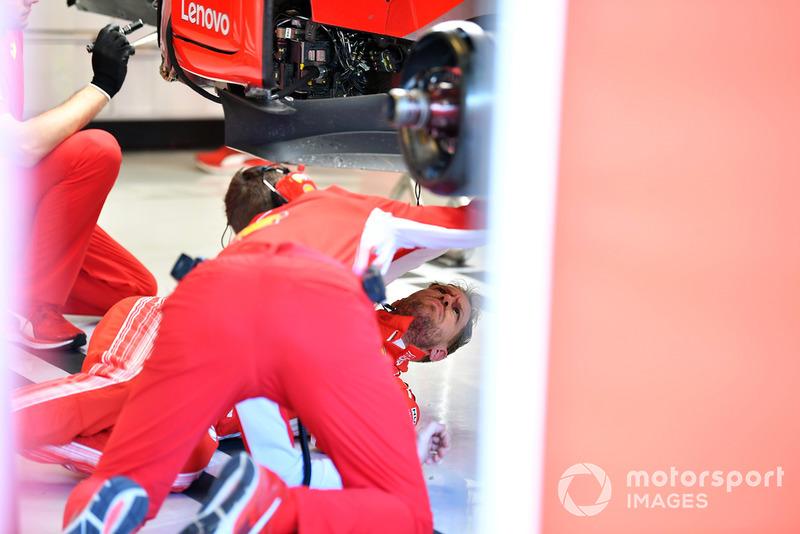 Sebastian Vettel, Ferrari, sul pavimento del garage, sotto alla sua Ferrari SF71H