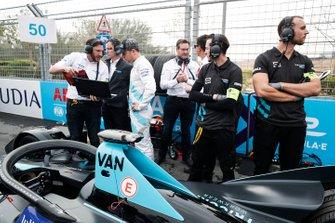 Stoffel Vandoorne, HWA Racelab parle avec ses ingénieurs sur la grille