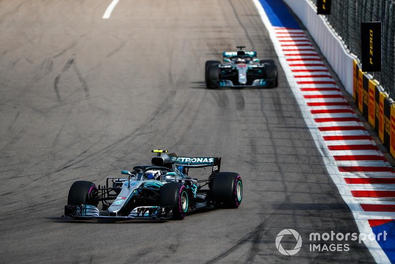 Valtteri Bottas, Mercedes AMG F1 W09, lidera a Lewis Hamilton, Mercedes AMG F1 W09