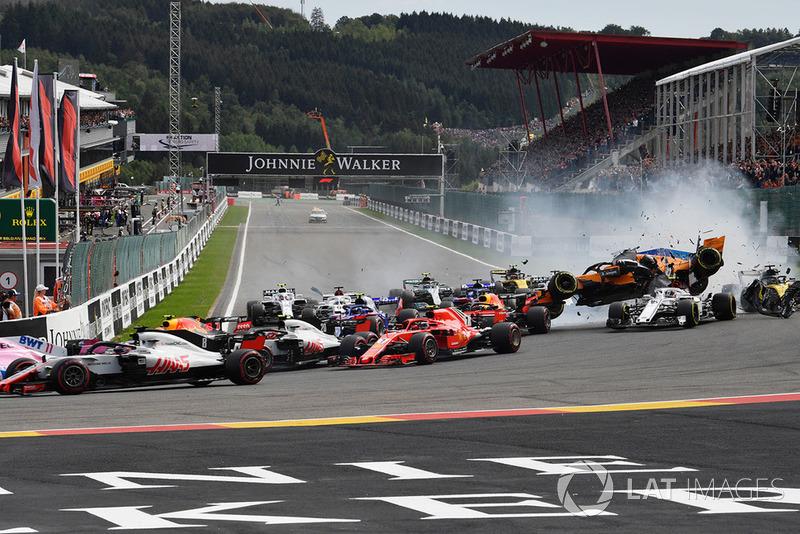 Фернандо Алонсо, McLaren MCL33, потрапляє в аварію і злітає в повітря на старті гонки