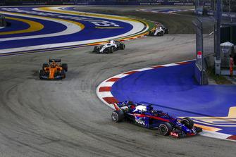 Brendon Hartley, Scuderia Toro Rosso STR13 and Stoffel Vandoorne, McLaren MCL33