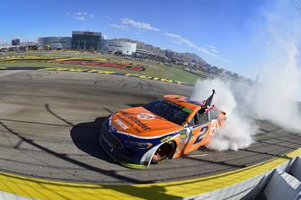 Brad Keselowski, Team Penske, Ford Fusion Autotrader, festeggia con un burnout dopo la vittoria