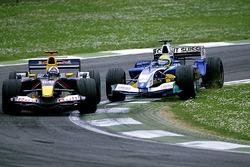 Фелипе Масса, Sauber Petronas C24 и Дэвид Култхард, Red Bull Racing Cosworth RB1
