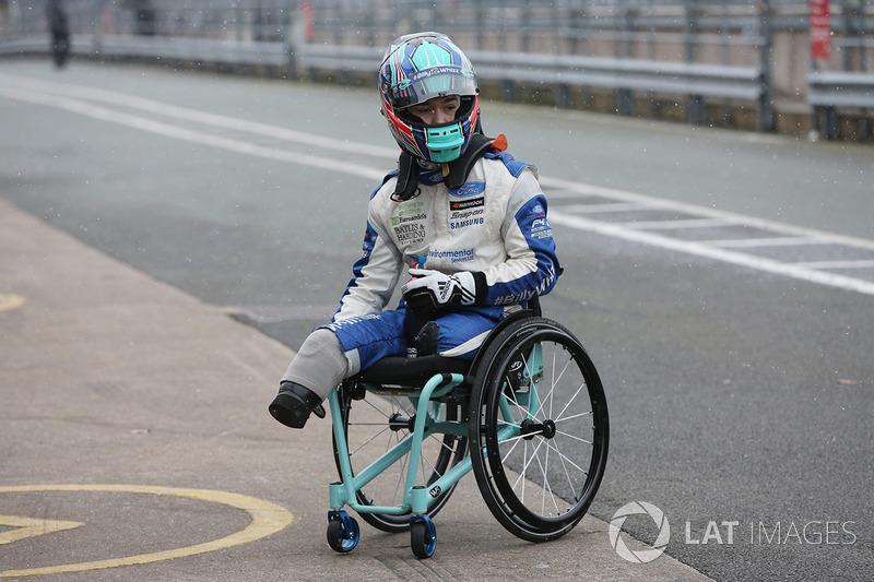 Billy Monger en el coche de carreras Carlin MSV Fórmula 3