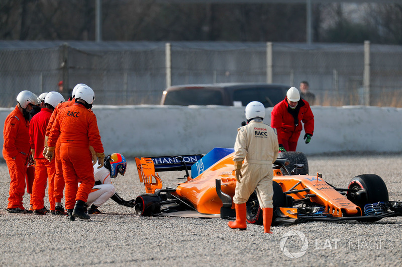 Fernando Alonso, McLaren MCL33 lastiği koptuktan sonra kum havuzunda