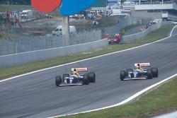 Alain Prost supera Damon Hill, both Williams FW15C Renault, e prende il comando della gara