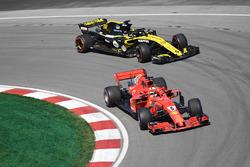 Себастьян Феттель, Ferrari SF71H, и Нико Хюлькенберг, Renault Sport F1 Team RS18