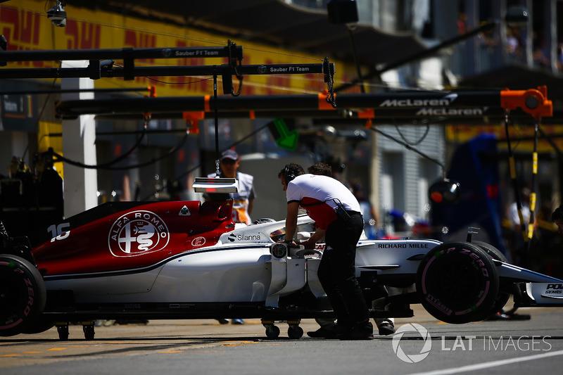 Charles Leclerc, Sauber C37, viene riportato nel garage