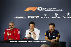 Maurizio Arrivabene, teambaas Ferrari, Toto Wolff, directeur Mercedes AMG, and Christian Horner, Teambaas Red Bull Racing, in de persconferentie