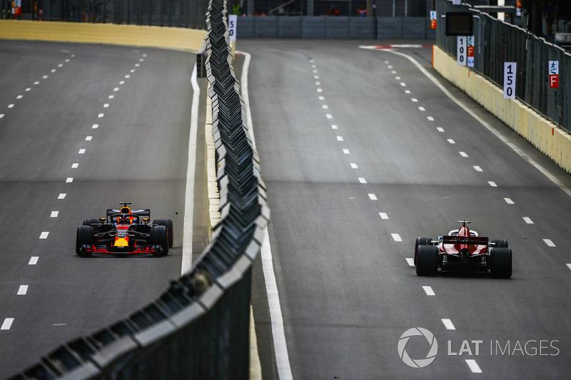 Marcus Ericsson, Sauber C37 Ferrari, y Daniel Ricciardo, Red Bull Racing RB14 Tag Heuer