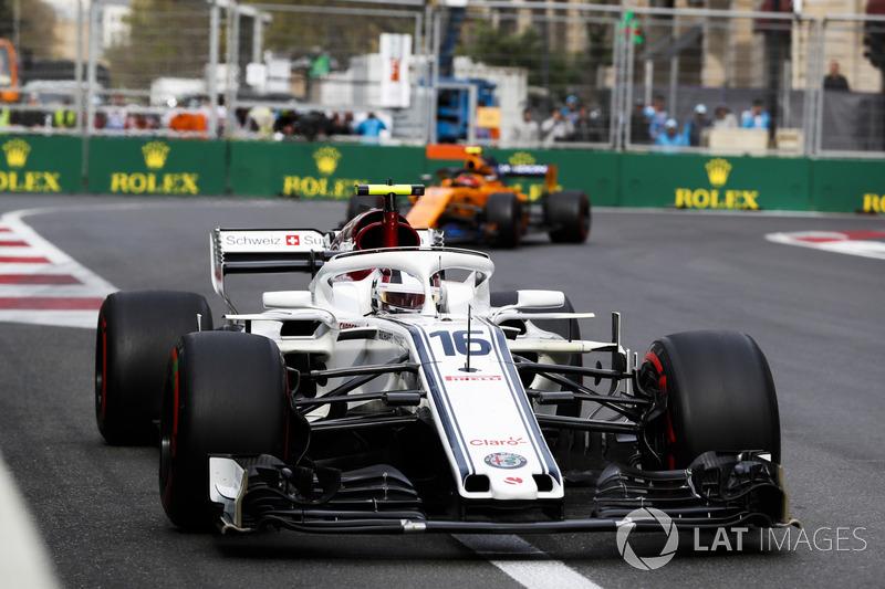 Charles Leclerc, Sauber C37 Ferrari, Stoffel Vandoorne, McLaren MCL33 Renault