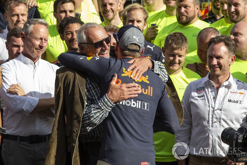 El ganador: Max Verstappen, Red Bull Racing celebra la victoria con el equipo