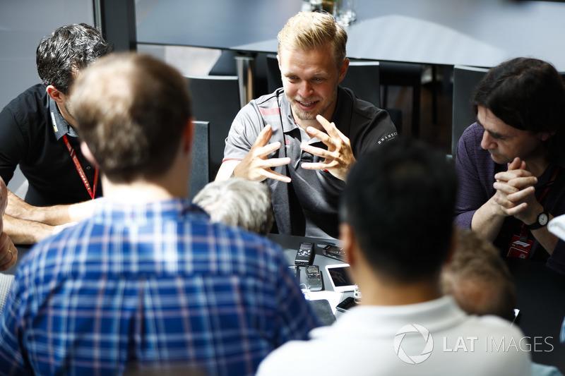 Kevin Magnussen, Haas F1 Team, avec les médias