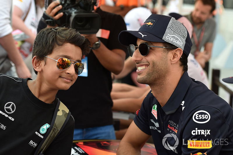 Daniel Ricciardo, Red Bull Racing and fan at the autograph session