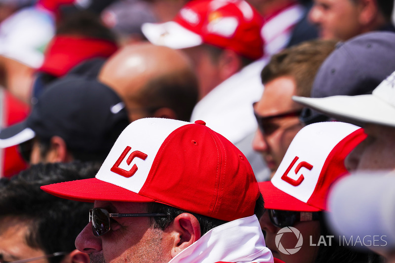 Tifosi con dei cappellini a supporto di Lance Stroll, Williams Racing