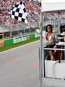Temporada 2018 F1-canadian-gp-2018-winnnie-harlow-waves-the-chequered-flag