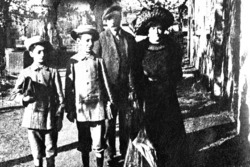 Enzo Ferrari (eerste van links) en zijn familie, vermoedelijk uit de tijd van zijn eerste communie, rond 1906