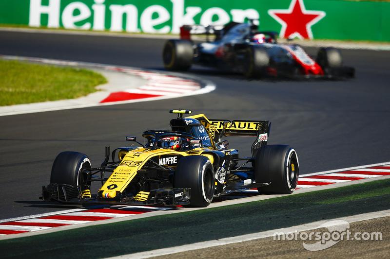 Carlos Sainz Jr., Renault Sport F1 Team R.S. 18, y Kevin Magnussen, Haas F1 Team VF-18